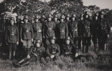 Gruppenfoto vor dem Krieg.JPG