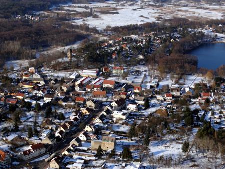 Ortszentrum mit Kirche, Schule und dem Wachtelturm...