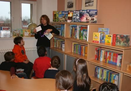 Betreuung der Bücherei durch Frau Kursidem