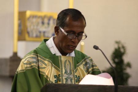k-1 Father James spricht im Festhochamt Grußworte aus der Diözese Bagdogra und der ASHAGRAM Famlie.JPG