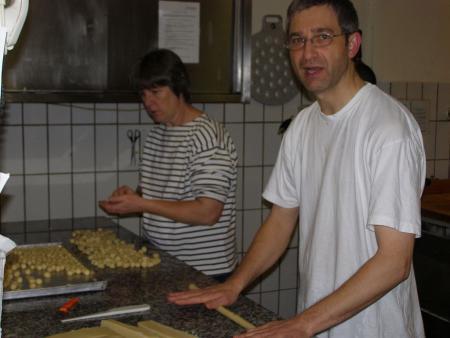 k-Für den Weihnachtsmarkt werden Marzipankartoffeln hergestellt.JPG