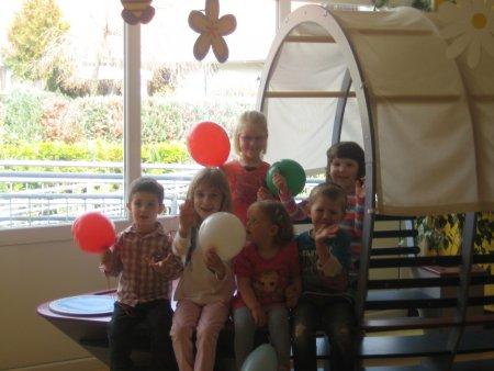 Kinder auf einem Schiff mit Luftballon