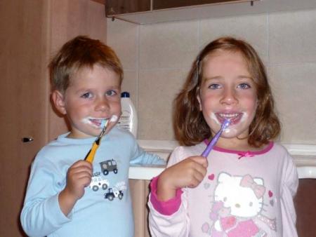 Kinder beim Zähneputzen