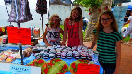 k-Kinder Anne Frank Realschule verkaufen selbstgemachte Marmelade für ASHAGRAM.JPG