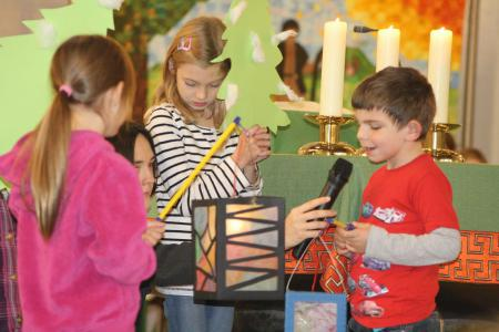 k-Kindergartenkinder spielen eine geschichte vom Licht.JPG