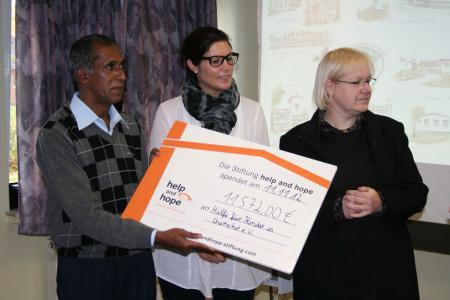k-Übergabe eines Schecks von der Help and Hope Stiftung für die Solarförderanlage Wasserturm im Kinderdorf ASHAGRAM.JPG