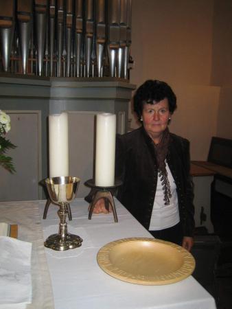 Küsterin Hatzfeld Gerlinde Bäumner beim Vorbereiten des Abendmahls.JPG