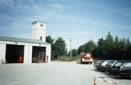 LF16-TS_vor_dem_neuen_Feuerwehrhaus.jpg