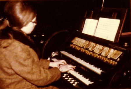 Maria Giese an der Eggert- Orgel.jpg