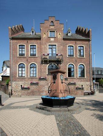 Rathaus mit Brunnen