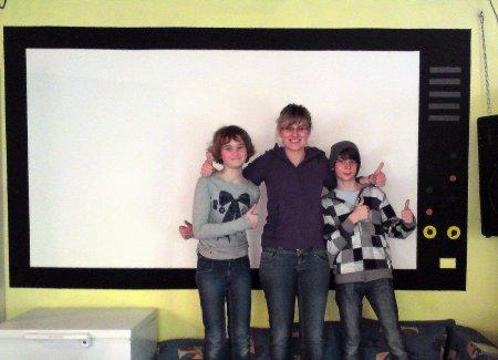 Unser neuer Fernseher, von Carina, Benny und Katrin gestrichen. Jetzt kann das Großleinwandkino stattfinden - natürlich mit selbstgemachtem Popcorn! :)