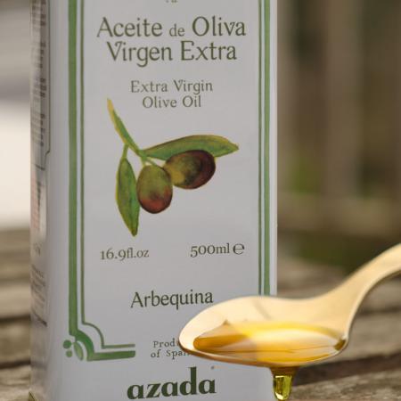 Aus der Arbequina Olive. Reiner Olivensaft.  Dieses Premiumolivenöl ist ideal zu Fisch, Salatdressings und zum Sautieren. Ideal als Butterersatz in Desserts.