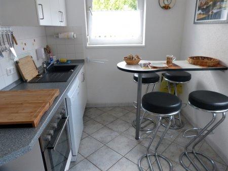 Helle,moderne Küche mit Bartisch