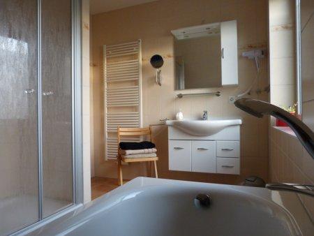 Modernes Bad mit Dusche und Wanne im OG