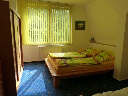 Schlafzimmer im OG mit Doppel- und Einzelbett