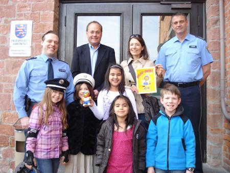 Das Bild zeigt das Pressefoto zum Präventionsprojekt Leon-Hilfe Inseln von April 2012; zu sehen sind Kinder und Erwachsene sowie die Bürgermeisterin Monika Böttcher.