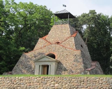 Pyramide Garzau.jpg