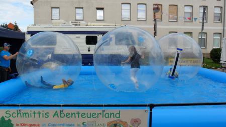 Große Ballons auf Wasser
