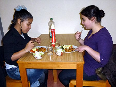 Schülerinnen beim Essen