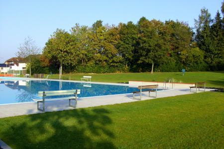 Schwimmerbecken mit Liegewiese