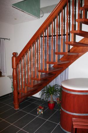 freitragende Treppe mit Wandwange