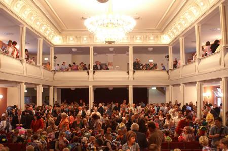 Volkshaus voll Besucher 2010 (6).JPG
