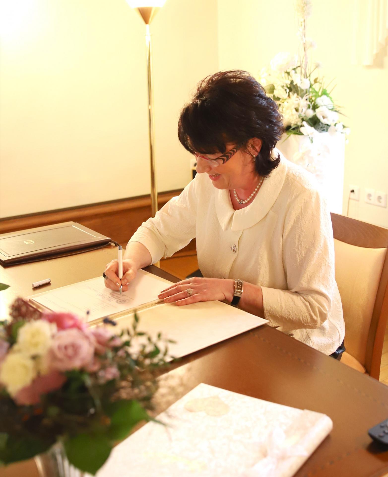 Mitarbeiterin im Standesamt bei der Unterzeichnung der Unterlagen (Foto: Stadtverwaltung Treuenbrietzen)