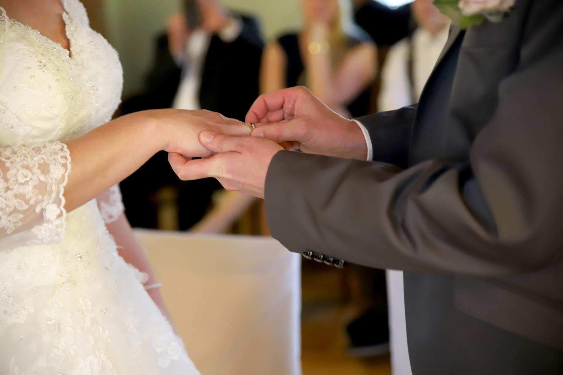 Ringübergabe während einer Trauung (Foto: Stadtverwaltung Treuenbrietzen)