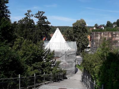Brunnenhaus von Schloss Bertholdsburg mit verhülltem Gerüst, Bildrechte: TSG, Frau C. Niklas