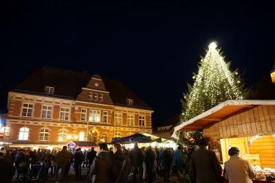 Der Calauer Weihnachtsmarkt lockt jedes Jahr auf den festlich geschmückten Marktplatz. Foto: Stadt Calau / Jan Hornhauer