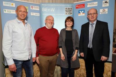 Neuer Vorstand mit Landrat Jörg Farr (rechts)