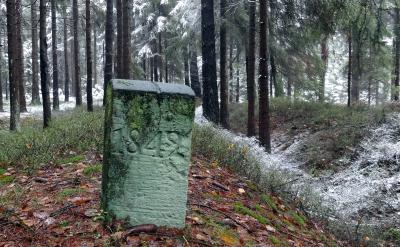 Historischer Landesgrenzstein auf dem Wall