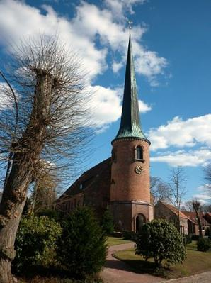 """PodracerHH (https://commons.wikimedia.org/wiki/File:Kirche_Barmstedt_2011.JPG), """"Kirche Barmstedt 2011"""", https://creativecommons.org/licenses/by/3.0/legalcode"""