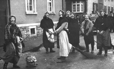 """""""Hexenritt"""" als Fußgruppe beim Fastnachtsumzug 1938"""