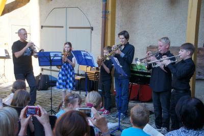 Trompetenschüler beim Auftritt 2014