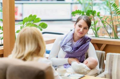 Gespräch zwischen Hebamme und Mutter mit Baby