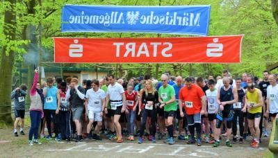Foto: Stadt Perleberg | Startschuss für die Läuferinnen und Läufer zum Rolandlauf.