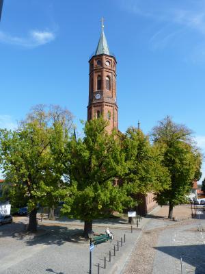 Kirchturm der St. Johannis Kirche mit blauem Himmel