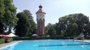 Schwimmbecken Blick Richtung Wasserturm