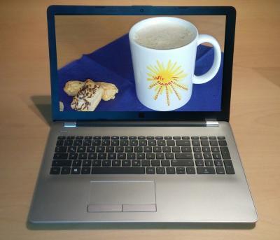 Auf dem Foto sieht man ein Notebook und auf dessen Display eine Kaffeetasse mit dem Wir DABEI!-Logo.