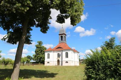 Die historische Gutskapelle Reuden im Sommer. Foto: Stadt Calau / Jan Hornhauer