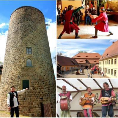 Burgturm und den Hof von der Burg Rabenstein, zwei Männer die kämpfen und eine Band die Musik macht