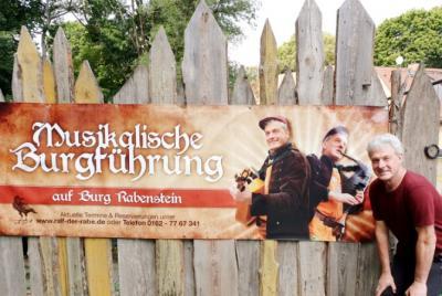 Ralf Rabe vor seinem Plakat